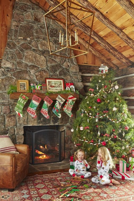 Albero di Natale tradizionale con colori rosso verde e bianco 470x705 - Colori Alberi di Natale 2019